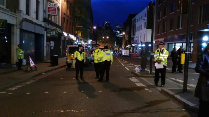 Agentes de policía custodiando el puente de London Bridge, tras el ataque.