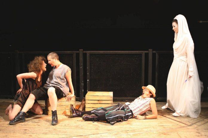 De izquierda a derecha: Caliban, Stephano, Trinculo y Ariel (Tormenta), todos representados por mujeres.