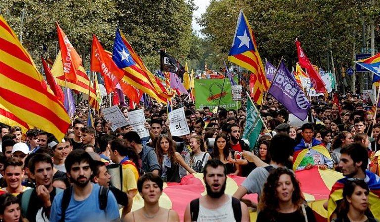 Miles de estudiantes se manifiestan a favor del referendo