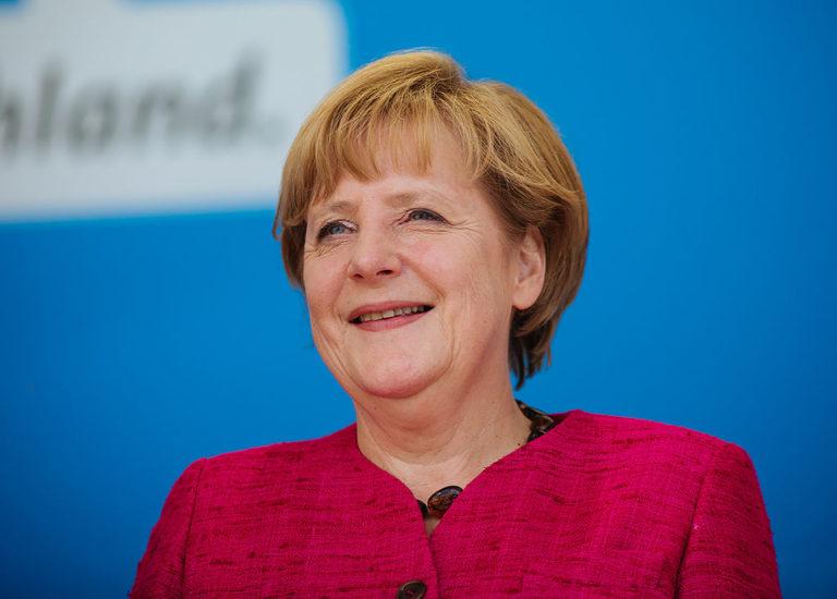 Merkel da 30 días a Johnson para evitar un Brexit duro