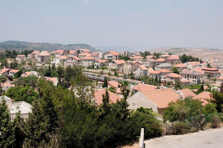 Un palestino dispara contra tres agentes israelíes