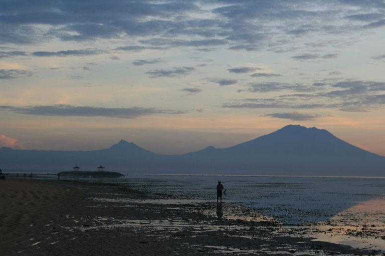 El aeropuerto de Bali cierra por erupción volcánica
