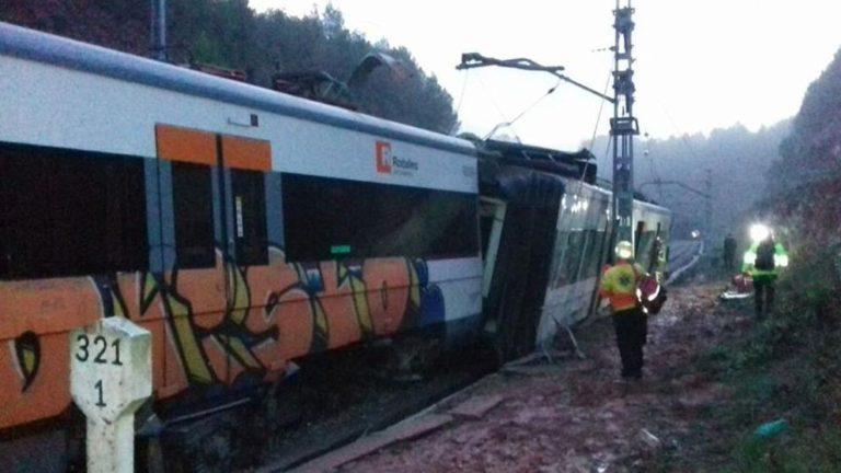 Un muerto y 44 heridos al descarrilar un tren en Barcelona